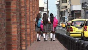 Σπουδαστές γυμνασίου με τα σακίδια πλάτης που περπατούν στο πεζοδρόμιο στοκ φωτογραφία
