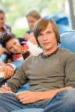 Σπουδαστές γυμνασίου στο γράψιμο ανάγνωσης δωματίων μελέτης Στοκ Φωτογραφία