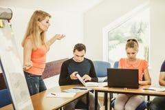 Σπουδαστές και δάσκαλος δασκάλων στην τάξη Στοκ Φωτογραφία