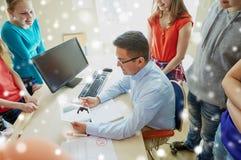Σπουδαστές και δάσκαλος με το PC ταμπλετών στο σχολείο Στοκ Εικόνες