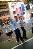 Σπουδαστές με ομοιόμορφο έχοντας την παίζοντας καλαθοσφαίριση διασκέδασης Στοκ Εικόνα