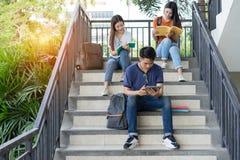 Σπουδαστές πανεπιστημιακός Ασιάτης μαζί που διαβάζουν τη μελέτη βιβλίων στοκ φωτογραφίες