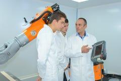 Σπουδαστές που εξετάζουν τη ρομποτική τεχνολογία στοκ φωτογραφίες με δικαίωμα ελεύθερης χρήσης