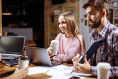 Σπουδαστές που επικοινωνούν στον καφέ μετά από το μάθημα Στοκ εικόνες με δικαίωμα ελεύθερης χρήσης