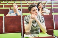 Σπουδαστές που κάθονται μαζί με την πλήξη Στοκ εικόνες με δικαίωμα ελεύθερης χρήσης