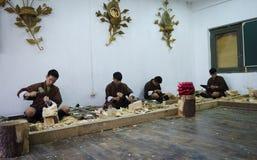 Σπουδαστές που μαθαίνουν την παραδοσιακή Bhutanese ξύλινη γλυπτική στοκ φωτογραφίες
