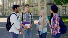 Σπουδαστές που μοιράζονται τις εντυπώσεις ζωής τους στον ξενώνα, διεθνής φιλία απόθεμα βίντεο