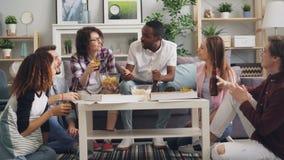 Σπουδαστές που τρώνε το ψήσιμο και που πίνουν στο κόμμα στο εσωτερικό  απόθεμα βίντεο