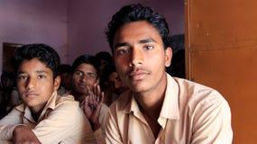 Σπουδαστές σε ομοιόμορφο με τους συμμαθητές στοκ εικόνες