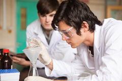 Σπουδαστές στη χημεία που κάνει ένα πείραμα στοκ φωτογραφίες με δικαίωμα ελεύθερης χρήσης
