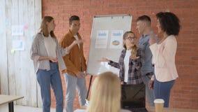 5 σπουδαστές συζητούν κοντά στο λευκό πίνακα σχολικός ανταγωνισμός 4K φιλμ μικρού μήκους