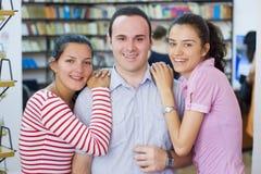 σπουδαστές τρία βιβλιο&thet στοκ φωτογραφία με δικαίωμα ελεύθερης χρήσης