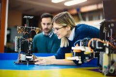 Σπουδαστής εφαρμοσμένης μηχανικής και ρομποτικής στοκ φωτογραφία με δικαίωμα ελεύθερης χρήσης