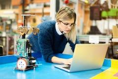 Σπουδαστής εφαρμοσμένης μηχανικής και ρομποτικής στοκ εικόνες