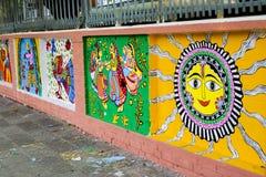 Σπουδαστής ιδρυμάτων τέχνης που χρωματίζει ένα ζωηρόχρωμο wal στοκ φωτογραφία με δικαίωμα ελεύθερης χρήσης