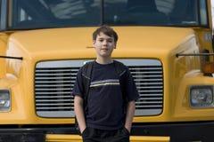 Σπουδαστής κοντά στο σχολικό λεωφορείο στοκ εικόνες με δικαίωμα ελεύθερης χρήσης