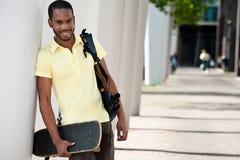 Σπουδαστής με την τσάντα και Skateboard Στοκ Εικόνες