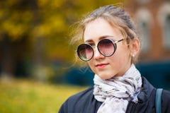 Σπουδαστής νέων κοριτσιών που στέκεται κοντά στο κτήριο κολλεγίων Στοκ Εικόνες