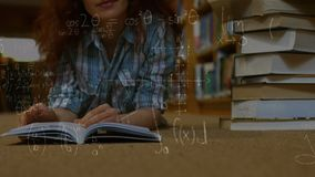 Σπουδαστής που βρίσκεται στο πάτωμα και που διαβάζει ένα βιβλίο φιλμ μικρού μήκους