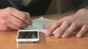 Σπουδαστής που γράφει το κείμενο που χρησιμοποιεί τη μάνδρα στο έγγραφο απόθεμα βίντεο