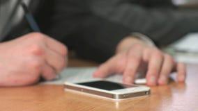 Σπουδαστής που γράφει το κείμενο που χρησιμοποιεί τη μάνδρα στο έγγραφο φιλμ μικρού μήκους