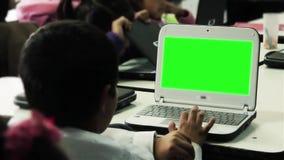 Σπουδαστής που εργάζεται με την πράσινη οθόνη υπολογιστών απόθεμα βίντεο