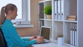 Σπουδαστής που κάνει σερφ Διαδίκτυο στο PC στο εσωτερικό απόθεμα βίντεο
