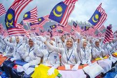 Σπουδαστής που κυματίζει τη σημαία της Μαλαισίας γνωστή επίσης ως Jalur Gemilang Στοκ Εικόνα