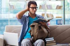 Σπουδαστής που μελετά στο σπίτι για τους διαγωνισμούς Στοκ Εικόνες