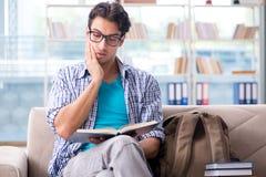 Σπουδαστής που μελετά στο σπίτι για τους διαγωνισμούς Στοκ Φωτογραφία