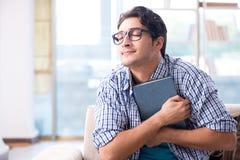 Σπουδαστής που μελετά στο σπίτι για τους διαγωνισμούς Στοκ φωτογραφία με δικαίωμα ελεύθερης χρήσης