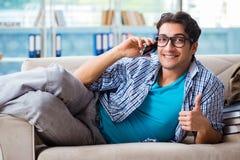 Σπουδαστής που μελετά στο σπίτι για τους διαγωνισμούς Στοκ φωτογραφίες με δικαίωμα ελεύθερης χρήσης