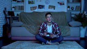 Σπουδαστής που παίζει τα τηλεοπτικά παιχνίδια που μελετούν αργά τη νύχτα αντ' αυτού, εθισμένο παιχνίδι αγόρι στοκ φωτογραφία με δικαίωμα ελεύθερης χρήσης