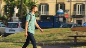 Σπουδαστής που περπατά κάτω από την όμορφη οδό στο κέντρο πόλεων της Νάπολης, τουρισμός, ταξίδι φιλμ μικρού μήκους