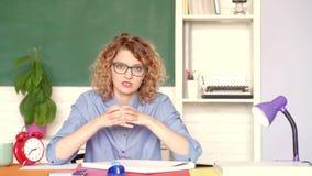Σπουδαστής που προετοιμάζεται για τη δοκιμή ή το διαγωνισμό Έννοια γυμνασίου Πορτρέτο του βέβαιου νέου καυκάσιου θηλυκού δασκάλου απόθεμα βίντεο