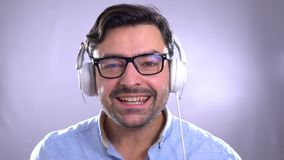 Σπουδαστής που χαμογελά πέρα από την αγγλική σημαία Έννοια των μαθημάτων και εκμάθηση των ξένων γλωσσών Το άτομο μαθαίνει τα μιλώ φιλμ μικρού μήκους