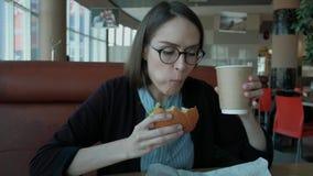 Σπουδαστής στο μεσημεριανό γεύμα απόθεμα βίντεο