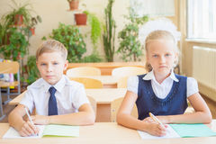 Σπουδαστές ή συμμαθητές στη συνεδρίαση σχολικών τάξεων μαζί στο γραφείο στοκ εικόνες