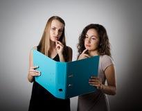 Σπουδαστές ανάγνωσης Στοκ εικόνα με δικαίωμα ελεύθερης χρήσης