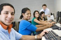 Σπουδαστές γυμνασίου με τον καθηγητή στην κατηγορία υπολογιστών Στοκ Εικόνες