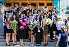 Σπουδαστές γυμνασίου στη γνώση ημέρα την 1η Σεπτεμβρίου στη Ρωσία Στοκ φωτογραφία με δικαίωμα ελεύθερης χρήσης