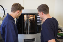 Σπουδαστές εφαρμοσμένης μηχανικής που χρησιμοποιούν τον τρισδιάστατο εκτυπωτή Στοκ εικόνες με δικαίωμα ελεύθερης χρήσης
