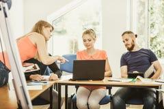 Σπουδαστές και δάσκαλος δασκάλων στην τάξη Στοκ Εικόνες