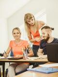 Σπουδαστές και δάσκαλος δασκάλων στην τάξη Στοκ εικόνες με δικαίωμα ελεύθερης χρήσης