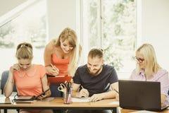 Σπουδαστές και δάσκαλος δασκάλων στην τάξη Στοκ Φωτογραφίες