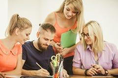 Σπουδαστές και δάσκαλος δασκάλων στην τάξη Στοκ φωτογραφία με δικαίωμα ελεύθερης χρήσης