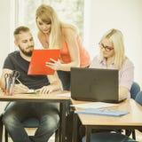 Σπουδαστές και δάσκαλος δασκάλων στην τάξη Στοκ Εικόνα