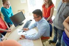 Σπουδαστές και δάσκαλος με το PC ταμπλετών στο σχολείο Στοκ εικόνα με δικαίωμα ελεύθερης χρήσης