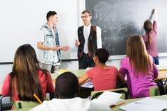 Σπουδαστές και δάσκαλος στην κλάση Στοκ φωτογραφίες με δικαίωμα ελεύθερης χρήσης