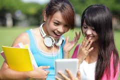 Σπουδαστές κοριτσιών που χρησιμοποιούν το PC ταμπλετών Στοκ εικόνα με δικαίωμα ελεύθερης χρήσης
